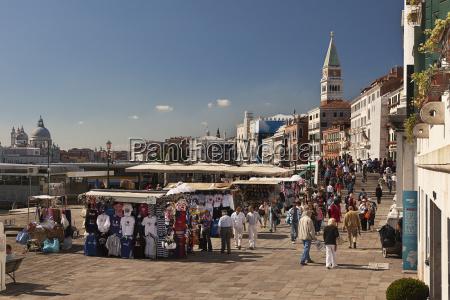 strassenhaendler entlang der waterfront venedigitalien