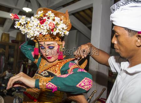 balinesischer mann der einen taenzer der