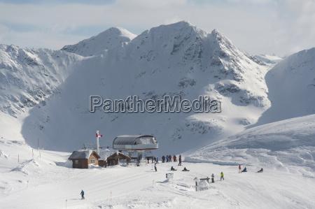 skifahrer an einem treffpunkt auf einem