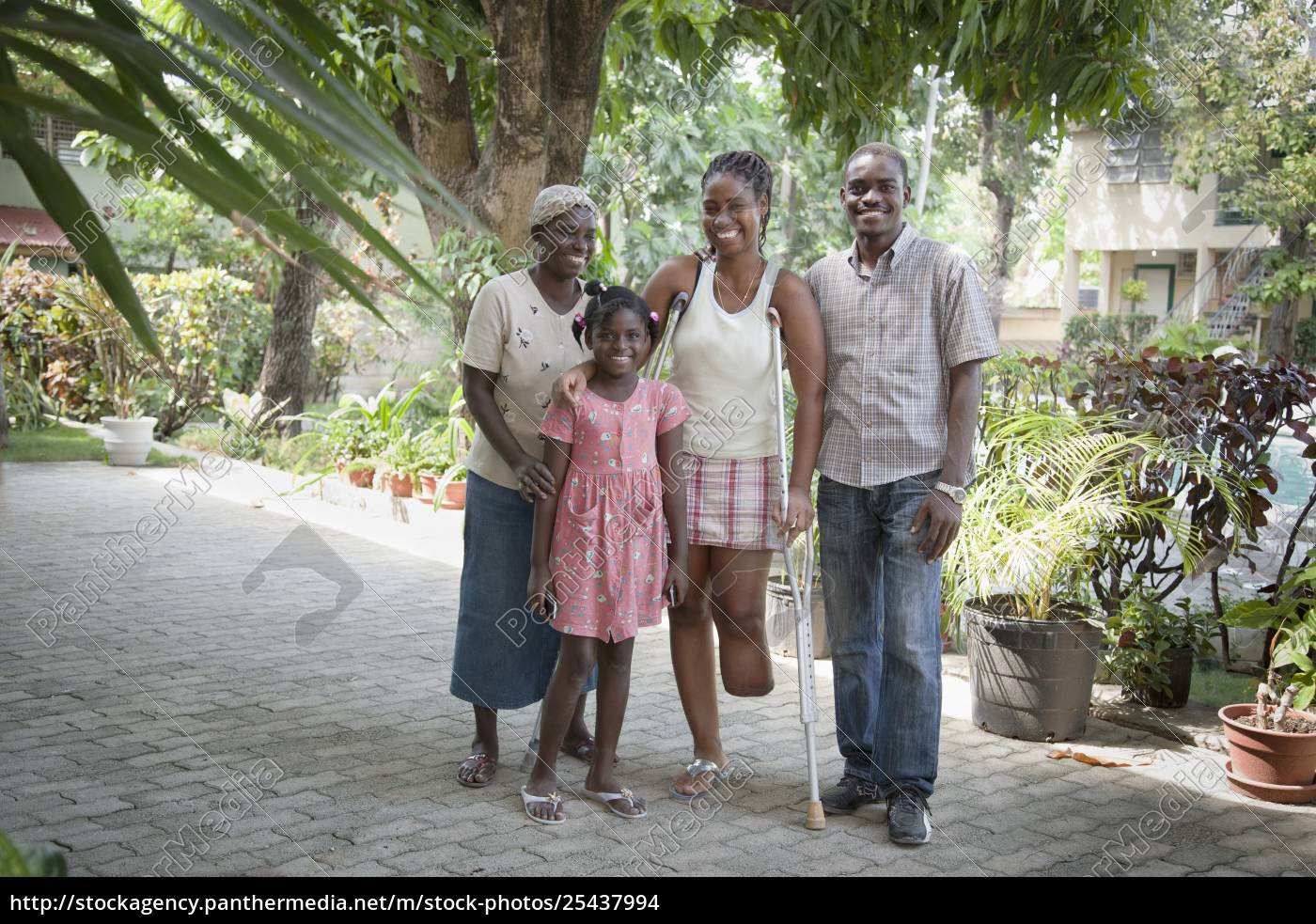 eine, familie, tröstet, sich, gegenseitig, während - 25437994