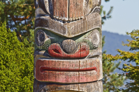 kwakiutl totem pole carved by mungo