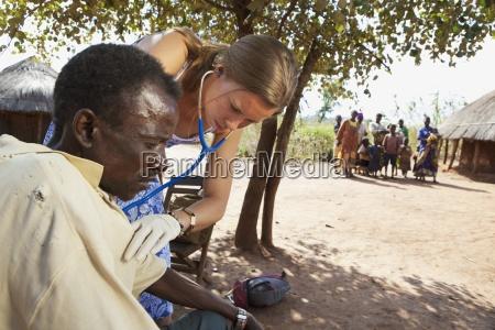 eine krankenschwester ueberprueft die gesundheit eines