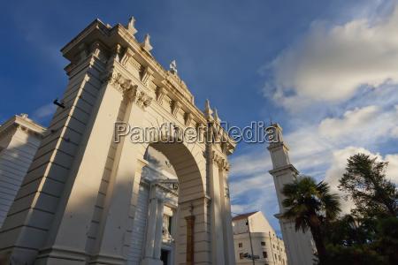 triumphal arch at parque bolivar sucre