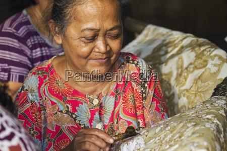 handwerkerin zeichnet anhaengseln durch die verwendung