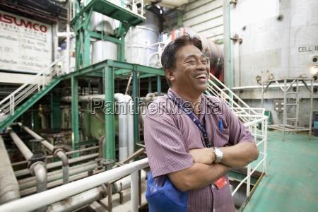 ein manager lacht in einer zuckermuehle