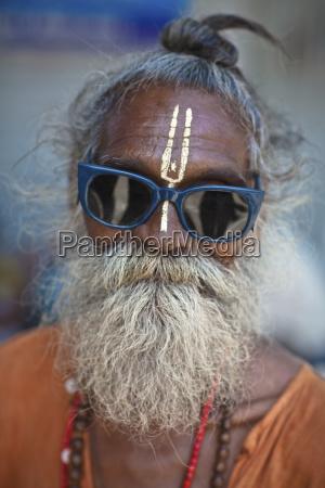 ein heiliger mann der sonnenbrille mit
