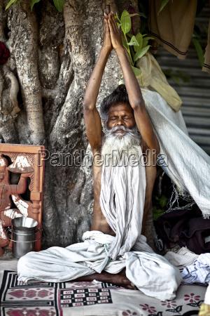 ein heiliger mann sitzt mit geschlossenen