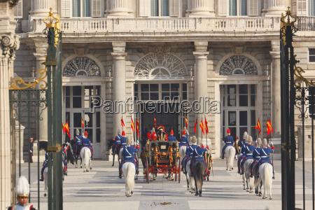 presentazione costruzione enorme cavalleria cavallo animale