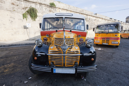 traditioneller maltesischer bus auf dem terminus