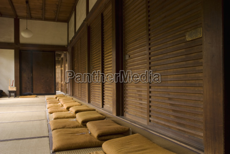 reihe von zen meditationskissen in einem
