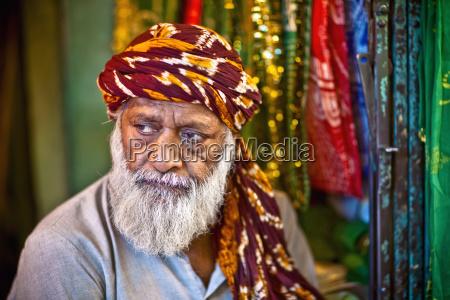 ein mann verkauft ornate tuch um