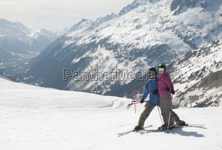 ein paar skifahren in den franzoesischen