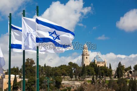 israel blick auf israelische flaggen und