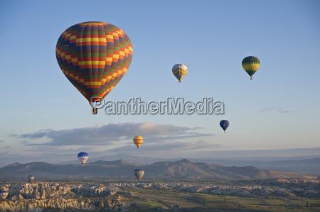 hot air ballons at dawn kappadokien