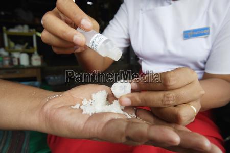 medizinisches personal das ein kit benutzt