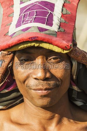 manggarai man wearing eine traditionelle kopfbedeckung