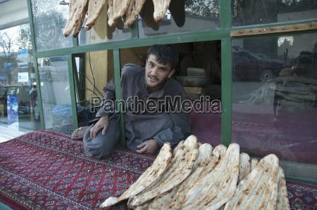 afghan man selling nan ungesaeuertes brot
