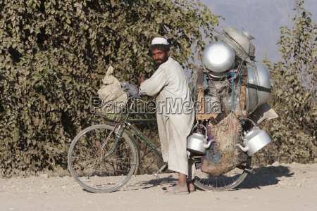 pashtun man carrying his restaurant on