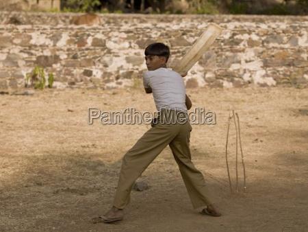 boy playing cricket verwendung von makeshift
