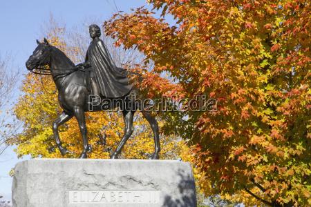 queen elizabeth ii equestrian statue on
