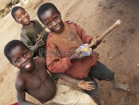 drei jungs spielen manica mosambik afrika