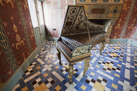 harpsichord in the queens gallery chateau
