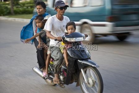 siem reap kambodscha familienreiter auf einem