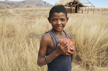 junge mit selbst gemachter fussball anja