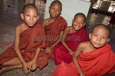 yangoon myanmar vier junge buddhistische moenche