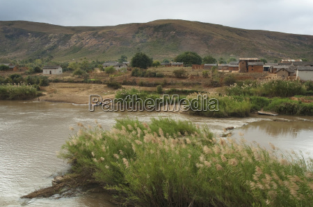 river along the road between ranohira