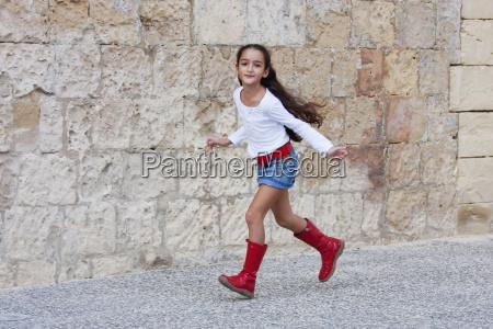 maedchen traegt red boots valletta malta