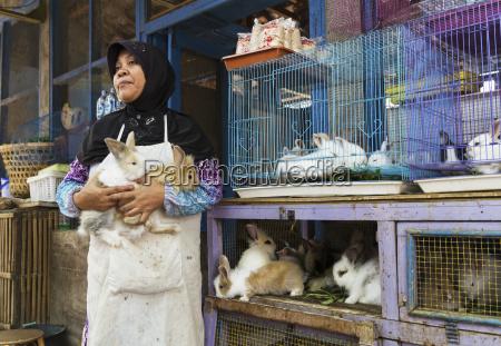 frau die kaninchen am vogel markt