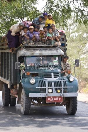 alter truck mit menschen gefuellt bagan