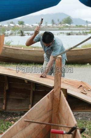bootsbauer arbeiten auf neuen holzfischerhandwerk nach