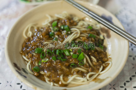 taiwanese mixed noodles with ground meat