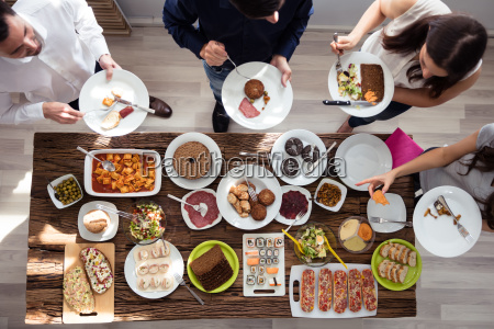 grupa ludzi jedzenie na talerzu