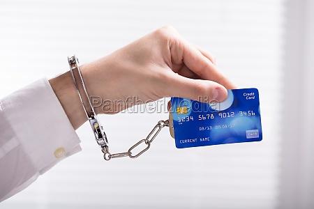 eine festgenommene person hand mit kreditkarte