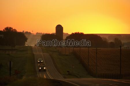eine rollende landstrasse bei sunrise paesse
