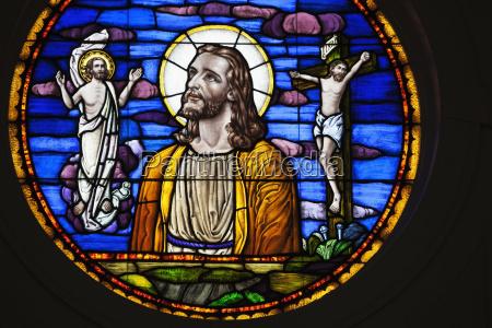 glasmalereifenster darstellung jesus christus und seinen