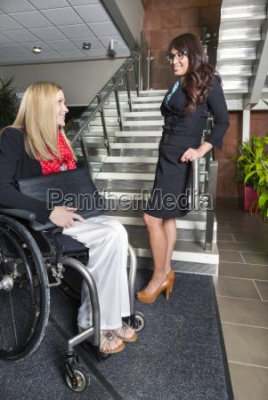 zwei professionelle geschaeftsfrauen in der lobby