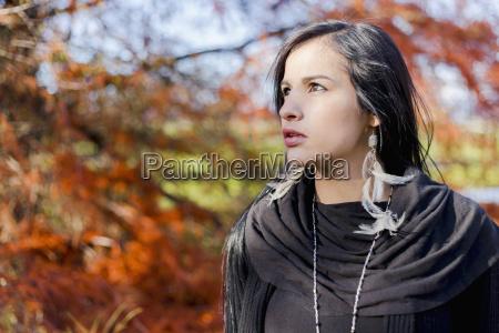ein junger aborigines model headshot looking