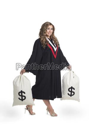 junge absolventinnen die geldbeutel halten um