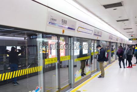 leute shanghai metrostation china