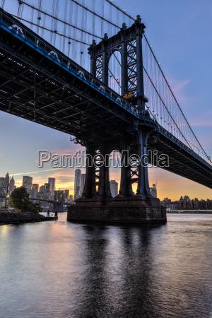 manhattan bridge and nyc skyline at