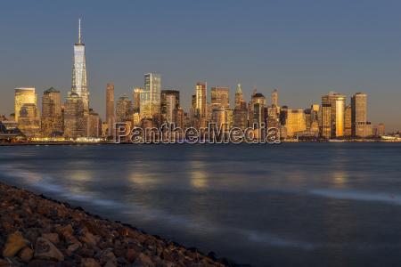 new york city skyline bei sonnenuntergangliberty