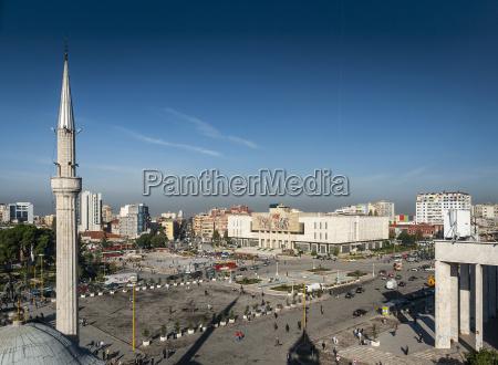 skanderberg hauptplatz und moschee in der