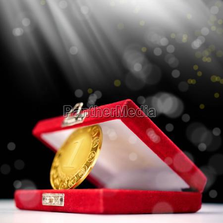 goldmedaille auf dem ersten platz
