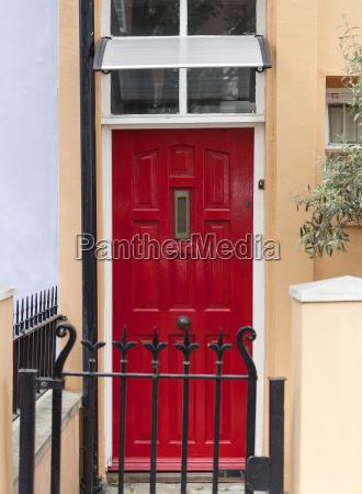dekorative rote tuer zum londoner haus