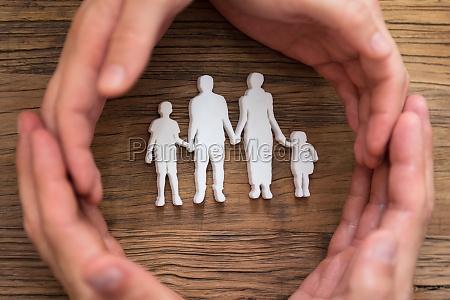 paarhand schutz von familienfiguren