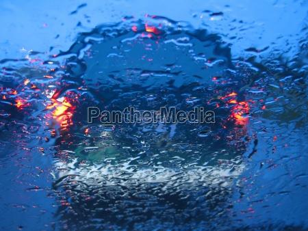 warten im verkehr beim regnen